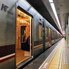 38.地下鉄に乗っているとき    地下鉄の場合は、線路に降りると感電する危険性のある線路があります(都内であれば銀座線と丸の内線)。列車が動かないと判断した場合、通電が切られるのでその時点で、感電の心配はなくなります。  まずはトンネルの壁面にある小さなパネルを探し、最寄り駅の方向と距離を確認しましょう。地下鉄の場合はかなりの高低差があり、場所によっては浸水する可能性もあります。坂の上を目指して歩きましょう。火災の場合は風上に逃げることが鉄則です。