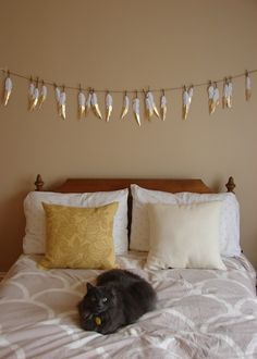 Need an unusual DIY deco idea for your home? Here is another trend of the moment, which will impose itself with refinement in your internal universe! Feather Garland, Tassel Garland, Deco Boheme Chic, Interior Decorating, Interior Design, Room Inspiration, Diy Home Decor, Sweet Home, Bedroom Decor