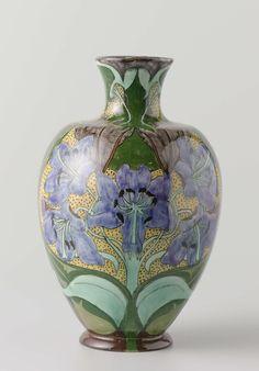 Vaas met symmetrisch geplaatste bloemen, Firma Wed. N.S.A. Brantjes en Co., 1895 - 1904