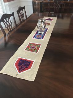 Ramadan table runner made with burlap and decorated with traditional khayamia fabric Eid Crafts, Ramadan Crafts, Ramadan Decorations, Diy Home Crafts, Handmade Decorations, Table Decorations, Ramadan Sweets, Ramadan Recipes, Ramadan Food