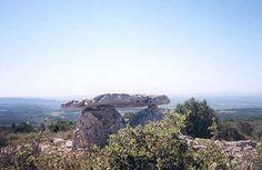 Le dolmen de Minerve (Hérault), France, Haut-lieu d'énergie. En cet ancien lieu mégalithique les gens du pays ont aperçu des lumières insolites dans le ciel