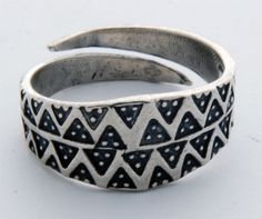 Srebrny pierścień z Truso IX-X w. - Muzeum Archeologiczno- Historyczne w Elblągu.