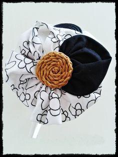 Tocado Diadema sin forrar  en tono negro y blanco con dibujos negros con detalle de rafia de inspiración vintage. Pieza única, hecha a mano.
