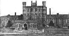 """""""La más antigua de las prisiones es la penitenciaría masculina del estado de Kansas, un palacete blanco y negro coronado de torres, cuya presencia, caracteriza una ciudad rural que sin ella sería del montón, Lansing"""". Truman Capote."""