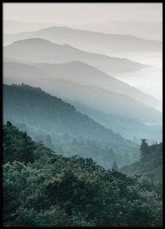 Wunderschönes Fotoposter mit bewaldeten Bergen. Die unterschiedlichen Höhen und Schattierungen der B...