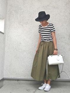 定番の白黒ボーダーTシャツのコーデです。帽子は黒、バッグと靴は白で合わせて、スカートだけカーキにした大人コーディネートになっています。
