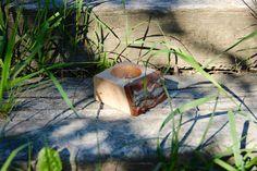 Lassen Sie ihren Wohnraum angenehm nach Zirbe duften, einer Holzart welche vor allem im Österreichischen Gebirge zu finden ist. Das Zirbenholz wirkt sich nachweislich positiv auf ihre Schlafqualität und das Wohlbefinden aus. Bei diesem Massivholz-Zirbenquader wurde die Oberfläche zur optimalen Duftentfaltung unbehandelt belassen und eignet sich hervorragend als Dekorationsartikel. Hierzu werden in den Zirbenquader Zirbenspäne geben und anschließend mit einem ätherischen Öl versetzt.