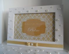 PRESENTE LEMBRANCINHA PORTA RETRATO                                                                                                                                                     Mais Frame Placement, Easter Crafts, Art Studios, Girl Nursery, Picture Frames, Initials, Shabby Chic, Arts And Crafts, Pictures