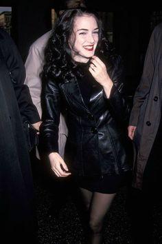 winona ryder grunge Winona ryder in Leather jacket, severe black hair. Winona Ryder 90s, Winona Ryder Style, Winona Ryder Beetlejuice, Hip Hop Club, Pretty People, Beautiful People, Winona Forever, Penelope Cruz, Looks Vintage