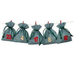 #Adventskalender mit Beuteln, Adventskalender basteln, die Karobeutel in dunkelgrün können nach Belieben mit netten Geschenken befüllt werden.