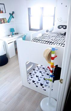 Una habitación infantil monocromática con detalles especiales