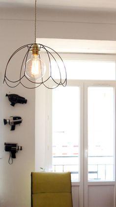 DIY: fabriquer une lampe rétro à partir d'une ampoule filament et de la carcasse d'un abajour.