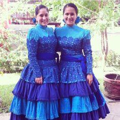 Vestido azul moderno. Estilo diferente con tejido