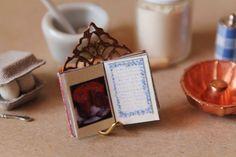 Keittokirjateline     Keittokirjateline ei ole keittiön tarpeellisimpia tavaroita, mutta ihan kiva olemassa.      Materiaalit  - metalline...