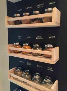 tableau noir au mur et étagères à épices                                                                                                                                                                                 Plus