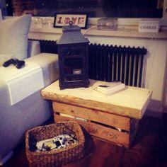 Pöytä, kelopuu ja vanha kuljetuslaatikko