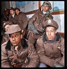 Pilotos de combate del escuadrón de cazas 332 de Tuskegee en Ramitelli, Italia 1944. Fue la primera escuadra con pilotos negros en la Fuerza Aérea de Estados Unidos.
