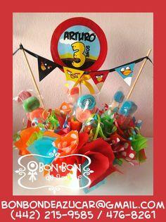 Centro de mesa tema Angry Birds con brochetas de gomita de espiral.