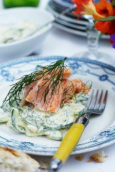 Varmrøget laks med agurk i ravigottecreme - http://www.findeopskrifter.dk/o/varmr%C3%B8get-laks-med-agurk-i-ravigottecreme-905971.html