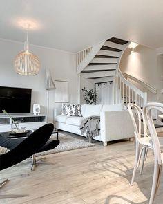 Sisustuksen rauhallisuus syntyy materiaaleista, toistensa kanssa hyvin yhteen toimivista huonekaluista ja tasapainoisesta kokonaisuudesta. Living Room Designs, Living Room Decor, Diy Desk, Corner Desk, Interior Design, Furniture, Home Decor, Drawing Room Decoration, Corner Table