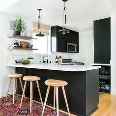 Cozinha black and white com toque de madeira. Linda demais!  #decoraçãopravocê