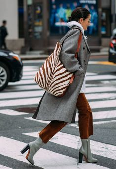New York FW 2018 Street Style: Lucy Chadwick - Fashion Photography Style Désinvolte Chic, Street Style Chic, Winter Fashion Street Style, Ny Style, New York Street Style, Daily Style, Autumn Street Style, Street Style Women, Casual Chic