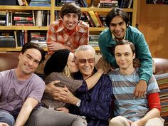 "Johnny Galecki, Simon Helberg, Kaley Cuoco, Stan Lee, Kunal Nayyar Jim Parsons on the set of ""The Big Bang Theory"" Stan Lee, The Big Theory, Big Bang Theory Funny, The Big Bang Therory, Chuck Lorre, Brooklyn 9 9, Johnny Galecki, Jim Parsons, Film Serie"