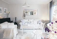 Tässä talossa vietetään valkoista joulua. Vaaleasti sisustetun kodin lämmin tunnelma syntyy pienistä yksityiskohdista. Liila on tämän joulun teemaväri.   VALKEA JOULU TAMPEREELLA   Koti ja keittiö