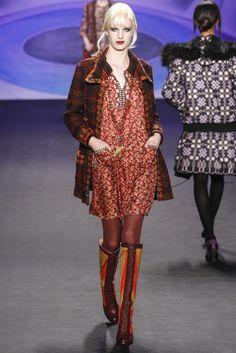 Ünlü modacıların monokrom stillerinden ilham alarak kendi tarzını yaratın. Gucci'den Elie Saab'a birçok tasarımcının 2014-2015 Sonbahar-Kış defilelerinden monokrom örnekleri Pudra.com'da.