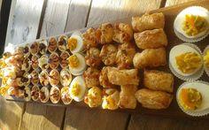 Voor een verjaardag of ander feestje wil je wel eens een keer wat anders serveren dan de standaard chips/nootjes/kaas/worst. Een leuke presentatie daarbij is ook nog eens mooi meegenomen. Wij hebben 7 hapjes recepten gevonden die prachtig staan op een snackplank. Van rechts naar links: Gevulde eieren, kaas bladerdeeghapje, pizza bonbons, cup met pate en …