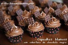 Cupcakes de chocolate decorados con barra de chocolate
