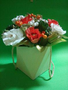 Aranjament floral - Cutie cu flori din hartie creponata - handmade Pentru a crea Cutie cu flori din hartie creponata avem nevoie de: hartie