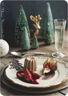 Chestnut-chocolate parfait with port wine figs - Anrichten Parfait Desserts, Xmas Desserts, Gourmet Desserts, Delicious Desserts, Dessert Recipes, Chocolate Parfait, Nice Cream, Food Inspiration, Sweet Treats