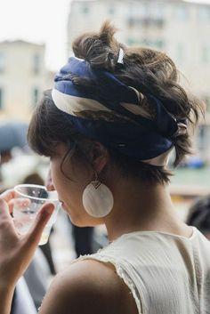 bandana frisuren, weiße bluse, große ohrringe, haartuch