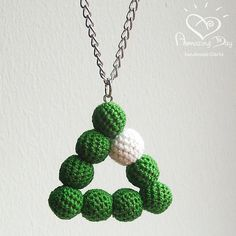 Geometrische ketting groen gehaakte driehoek, moderne kerst driehoek ketting, haak hanger kerstboom. Kerstcadeau 2016 vakantie