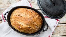 Ein Brot in einem gusseisernen Topf.