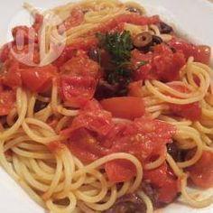 Espaguete à puttanesca @ allrecipes.com.br - Um prato italiano tradicional da região de Nápoles, conhecido no mundo todo.