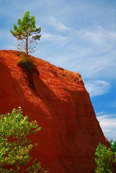 """Red cliffs in the """"Colorado Provençal"""" near Rustrel in Provence, France, Europe."""