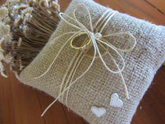 Almofada artesanal rústica para alianças. Confeccionada com juta, cordão de sisal, corações em biscuit e pérola.