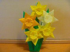 今日は、お庭の花を切ってきて、さりげなく挿したような花が集まりました♪ 写真1~2枚目、 水仙です☆ 綺麗です本物を見ているようです。。。 山口真氏の「すてきな花の折り紙」より「水仙」参照。 折り紙1枚(15cm)から切り出した1枚の六角形...