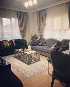 Altın ve siyah uyumunun dramatik efektini yeşil ve grinin zengin tonlarıyla tamamlamış birbirinden zevkli aksesuarlarla özgün bir ev tasarlamış @deko_bride. Bu şık ev evgezmesi.com'da! (Profilimizdeki linke tık) #evgezmesi #evgezmesicom