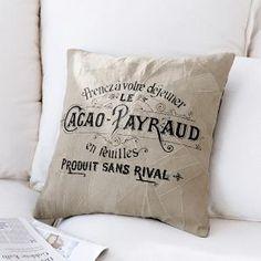 Dieses bezaubernde beige Kissen bringt die Provence auf Dein Sofa. Auf das butterweiche Leder der Vorderseite befindet sich ein Textdruck auf Französisch.