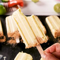 Key lime pie pops are like summer on a stick🌞 Frozen Desserts, Fun Desserts, Delicious Desserts, Dessert Recipes, Yummy Food, Tasty, Frozen Key Lime Pie, Homemade Popsicles, Snacks Saludables