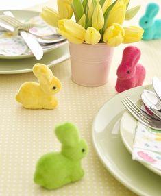 Grâce à ces 5 Petits Lapins Multicolores Décoratifs 7Cms jouez la carte de la couleur pour décorer une table de Pâques ou un thème de Fête Lapin.