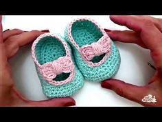 Crochet Baby Booties Crochet Easy Puff Stitch Hat - Learn to Crochet - Crochet Kingdom - Here is tutorial how to crochet this easy super Puff Stitch Hat. It's gradual color changes make each round a different color and the texture of the yarn. Crochet Sandals, Booties Crochet, Crochet Slippers, Crochet Beanie, Baby Booties, Kids Slippers, Fast Crochet, Crochet Simple, Learn To Crochet