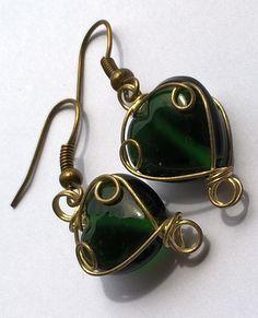 Zelená+srdíčka+drobnější+naušničky+-+dlouhé+jen+4+cm.+Skládají+se+z+odrátkovaného+korálku+ve+tvaru+srdíčka.