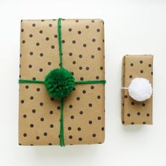 30 Homemade Holiday Gift Wrap Ideas love the pompoms Diy Wrapping Paper, Creative Gift Wrapping, Wrapping Ideas, Creative Gifts, Cute Christmas Gifts, Christmas Gift Wrapping, Holiday Gifts, Elegant Christmas, Kids Christmas