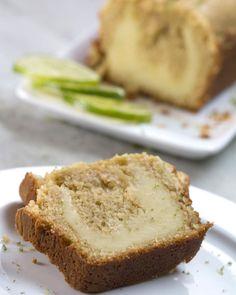 Bolo de limão recheado com cream cheese é o seu café da tarde perfeito