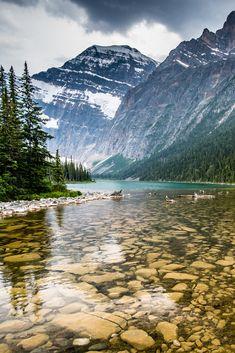 C'est une sorte de paradis pour les amoureux de nature. Entre les montagnes se nichent de grands lacs sublimes, des vues à couper le souffle et des parcs naturels à explorer. Les amateurs de randonnées ou d'escalade y trouveront un incroyable terrain de jeu. Les férues de culture pourront en apprendre davantage sur les coutumes, au sein des fières communautés autochtones. Vol direct de Paris à Calgary, Canada, à partir du 13 mars 2020. Horaire sous réserve de changement. Cool Places To Visit, Places To Travel, Nature Photography, Travel Photography, Beautiful Places, Beautiful Pictures, Grands Lacs, Canada Travel, Viajes