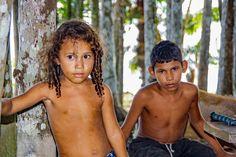 Brasilianische Kinder, Mitglieder einer Familie, die im Urwald am Rande eines der Amazonas-Flüsse von  Tierzucht und Fischerei lebt.